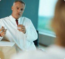 Ärztliche Konsultation vor einer Brustoperation